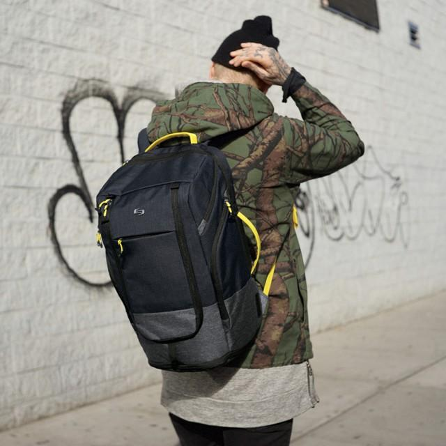 solo everyday max bag on the streets